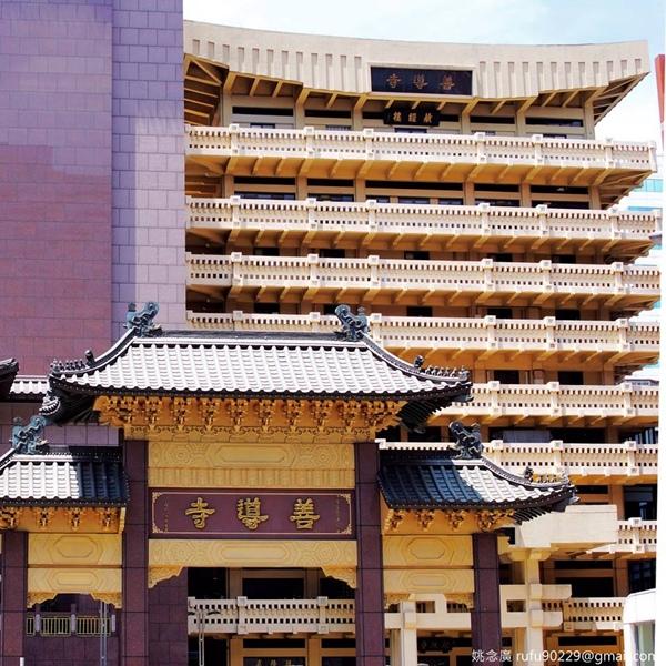 雖然在台北長大,但這是第一次看到善導寺的模樣,明明搭捷運就常常聽聞其名。其實,我是在附近找吃的才意外看到的。