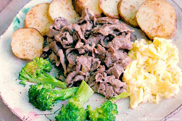 《未來煮夫的練習時間》:「炒牛肉早午餐」。其包含一牛梅花肉片料、一顆蛋、一顆馬鈴薯及一小朵花椰菜;其中,分別將食材以平底鍋煎或炒,並加入黑胡椒、鹽等調味料,當炒牛肉片時加入些許蒜片,最後裝盤時撒點義大利香料,稍微微波一下讓薯片內裡更鬆軟,完成後可供早上運動完的人補充一下能量。