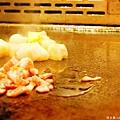 雖然有點熱,但吃鐵板燒的時候,果然還是坐在師傅炒區才有氣氛啊!ヽ(́◕◞౪◟◕‵)ノ