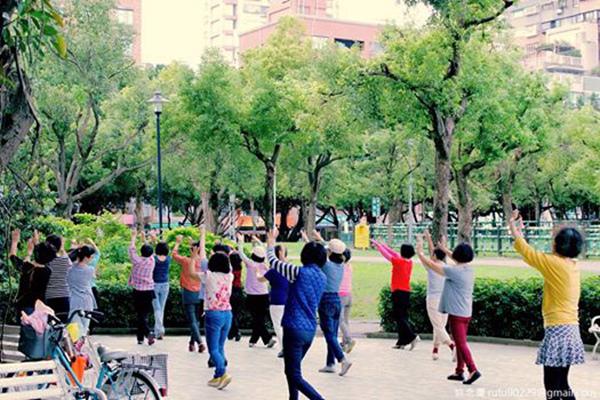 覺得看公園阿公阿媽叔叔阿姨跳舞有一種莫名的療癒感。