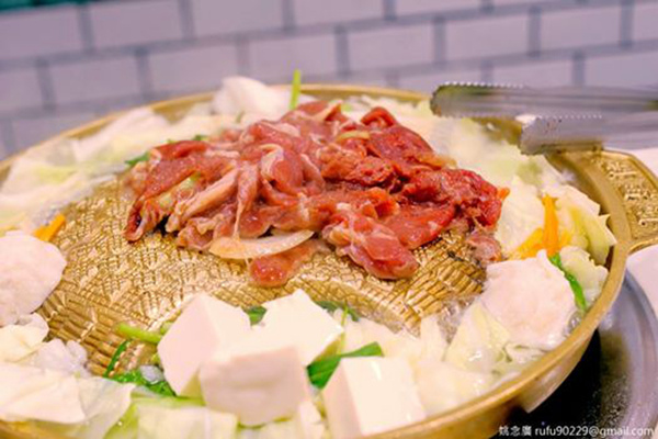 覺得銅板烤肉是美食街的不錯選擇,有燒肉吃,從配菜到小菜又有多種的蔬菜可以吃!(☉౪⊙)