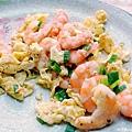 《未來煮夫的練習時間》:「黑胡椒蝦仁炒蛋」。其具有一份蝦子、一顆蛋及一些許黑胡椒;其中將該顆蛋打成蛋汁後加入剝殼的熟蝦仁一起拌炒,再加上該些許黑胡椒一起炒,最後可進一步再加點蔥花和鹽,完成後可供家人配米飯或麵等食用。