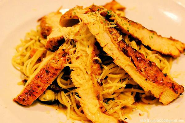 藉由橄欖油的魔法,讓雞胸肉得以展現它香嫩的一面,並非常見的乾柴感。食材本身都有其價值,就看有沒有懂得讓它表現的伯樂慧眼識其材。