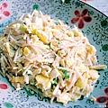 《未來煮夫的練習時間》:「金針菇炒蛋」,其具有蛋、金針菇,將金針菇分段切然後拌炒,怕顏色太單調進一步加入些許花椰菜,於金針菇有點熟以後加入打好的蛋液,再加些許胡椒和鹽,完成後可供家人配飯食用或直接單吃。其實我只是想用這道菜取代魩仔魚炒蛋,因為魩仔魚其實可能是數多種來不及長大的沿海魚苗的集合……