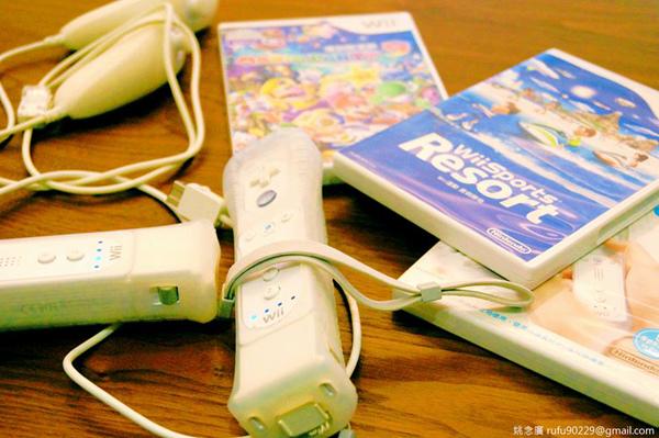 初五玩Wii運動一下!覺得經典的遊戲主機,即便是在10年前誕生且玩過無數次了,每次再玩起來依舊樂趣無窮呢!:D