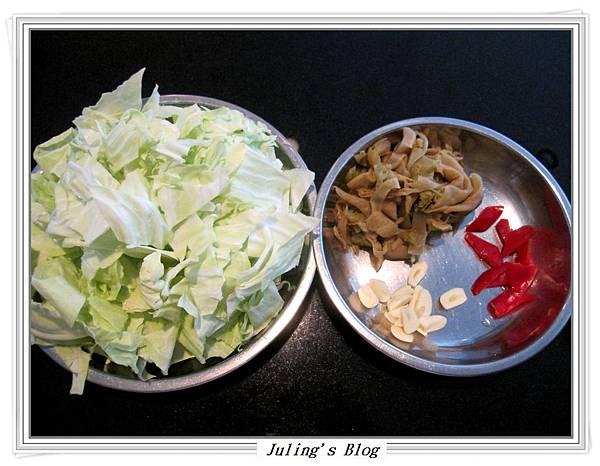酸菜炒高麗菜做法1.JPG