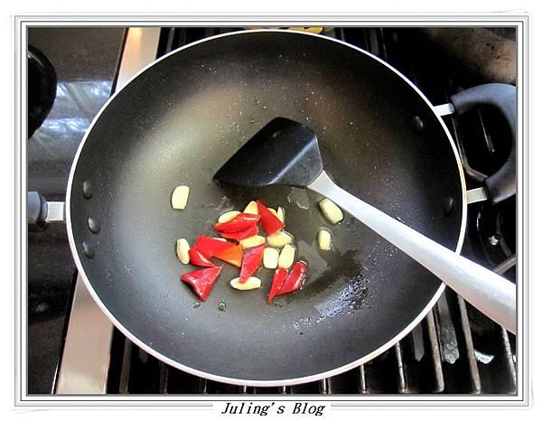 酸菜炒高麗菜做法2.JPG