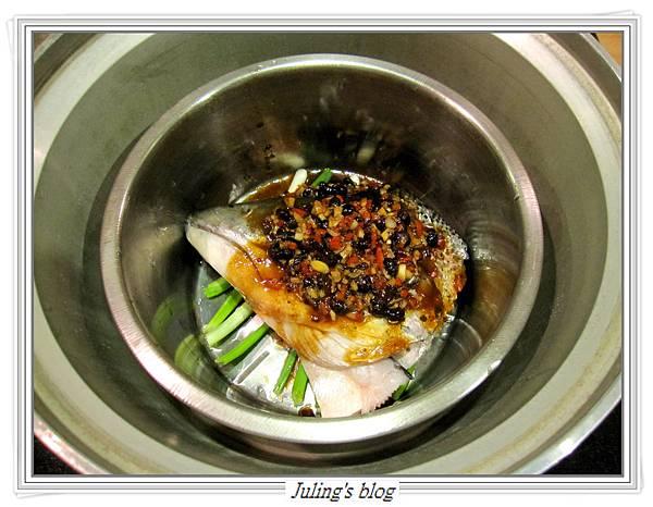 豉椒鮭魚頭做法5.JPG