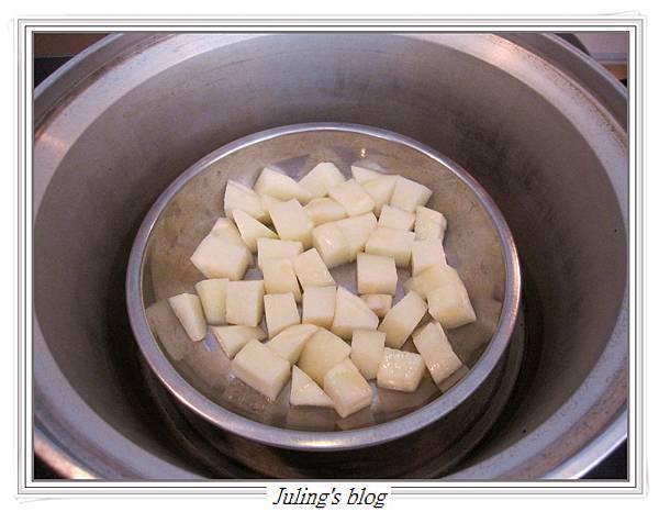 馬鈴薯炒皮蛋做法2.JPG