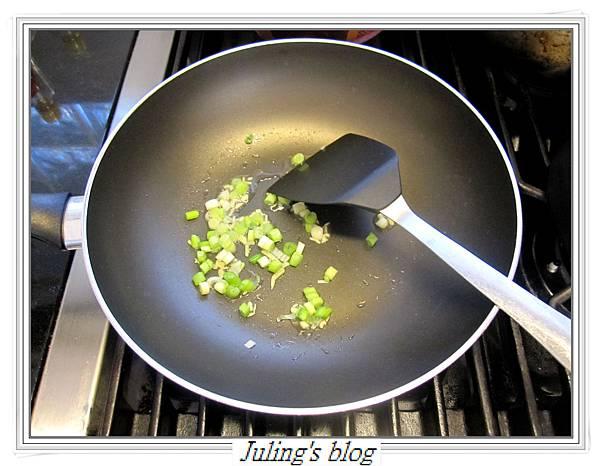 馬鈴薯炒皮蛋做法5.JPG