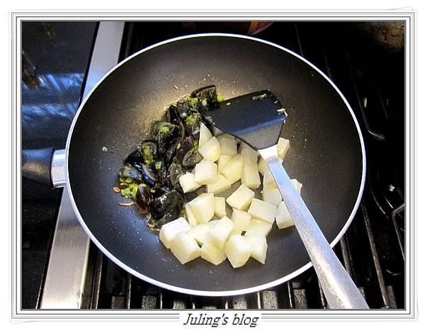 馬鈴薯炒皮蛋做法7.JPG