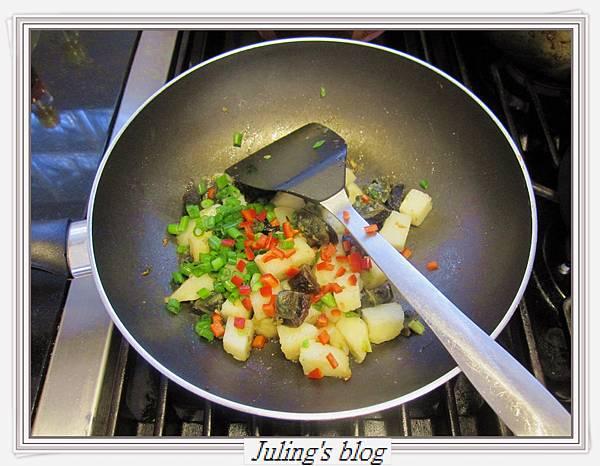 馬鈴薯炒皮蛋做法9.JPG
