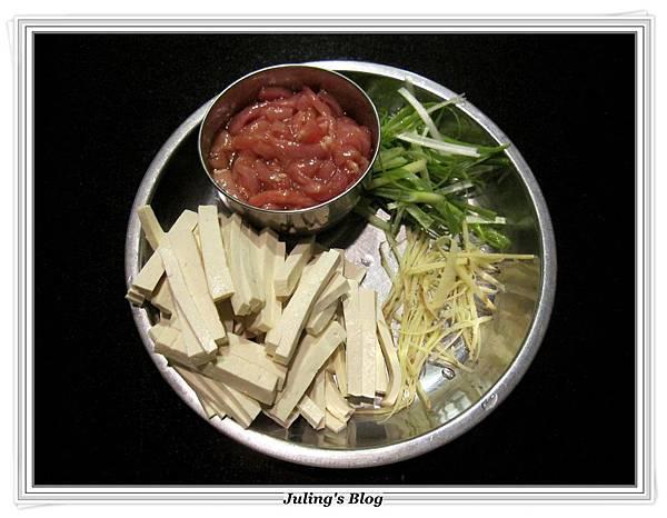 白豆乾炒肉絲做法1.JPG