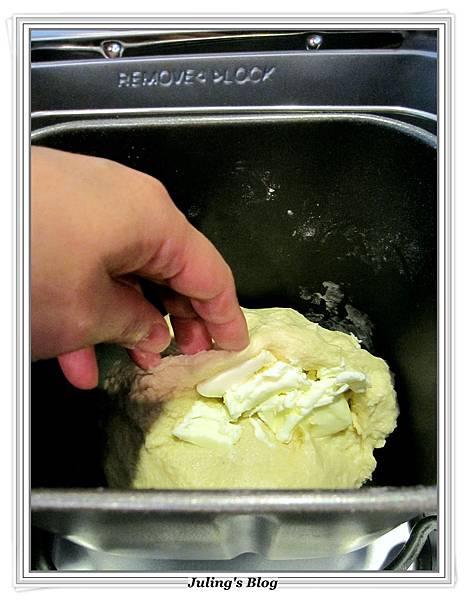 海苔肉鬆麵包捲做法2.JPG