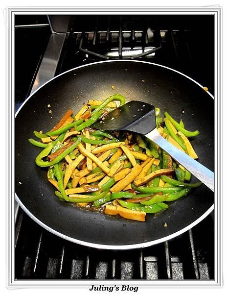 青椒炒豆乾肉絲做法9.jpg