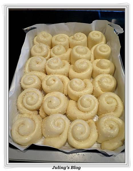 蜂蜜奶香酥底麵包做法17.JPG
