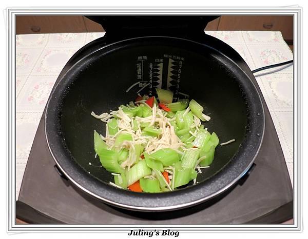 金菇西芹做法7.JPG