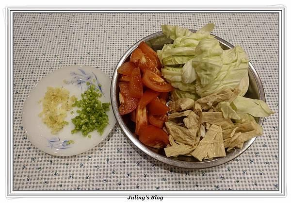 蕃茄豆包炒高麗菜做法1.JPG