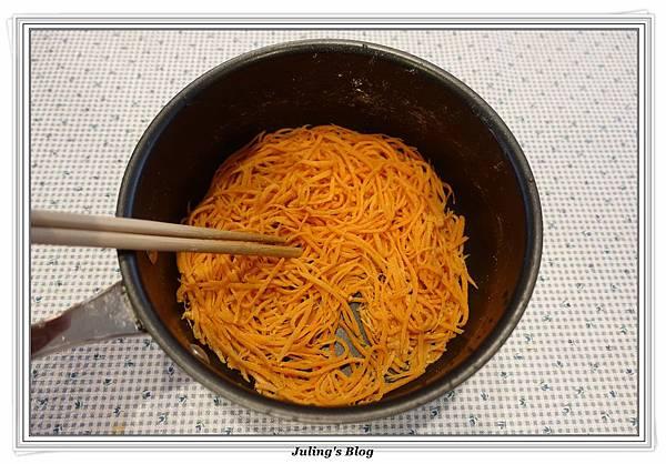 粉蒸紅蘿蔔絲做法7.JPG