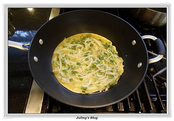 韭菜豆芽蛋捲做法6.JPG