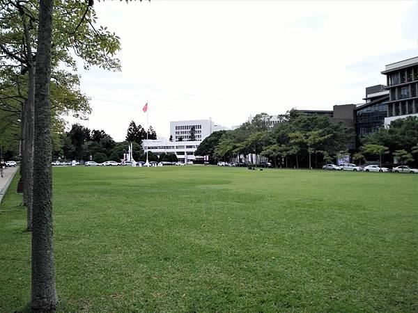 清華大學校園草地.jpg