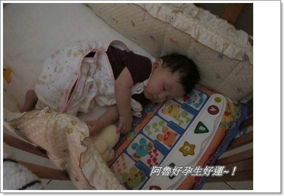IMG_0038又在踢踢樂上睡著了