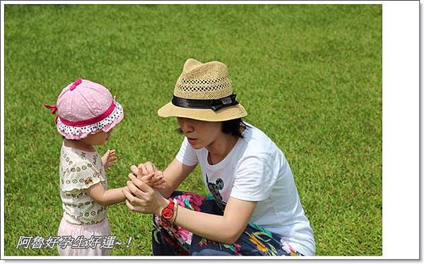 IMG_0106玩到滿手刺刺,要媽媽拍乾淨.JPG