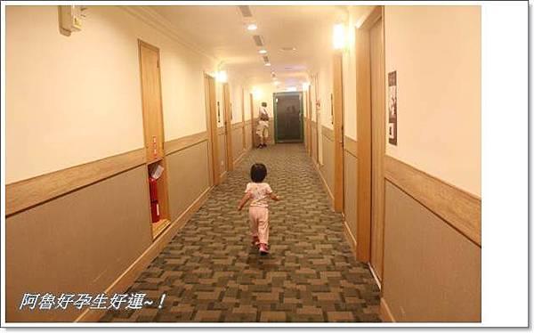 IMG_0330玩得很滿意,很甘願的自己走回房間.JPG