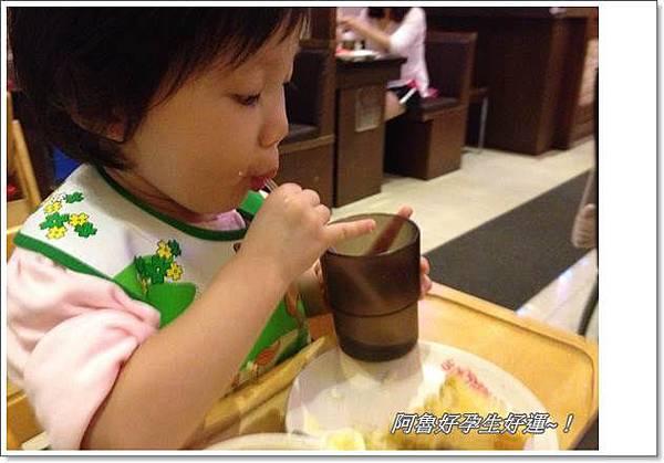 IMG_3496在餐廳就愛吸管喝水,不要自己的水壺.JPG
