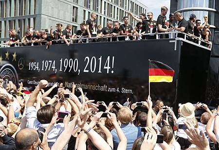 2014-07-15T114717Z_523437909_LR1EA7F0WQJJK_RTRMADP_3_SOCCER-WORLD-GERMANY[1]