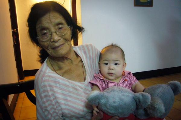 與外曾祖母拍照.jpg
