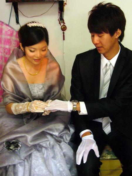換新娘幫新郎戴
