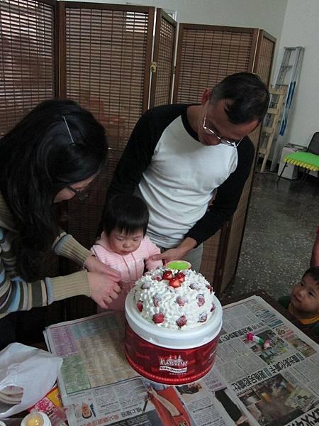 跟爸比媽咪一起切蛋糕.jpg