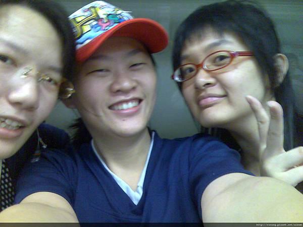 地鐵裡的三人