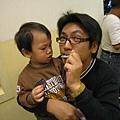 皓一直盯著他老爸的巧克力