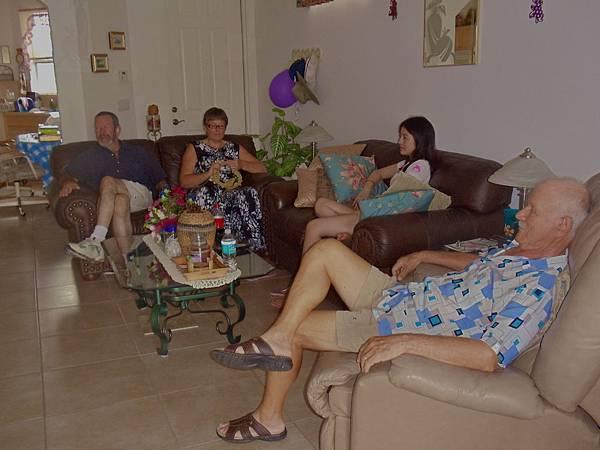 在老人的家我就是睡在這沙發的.JPG