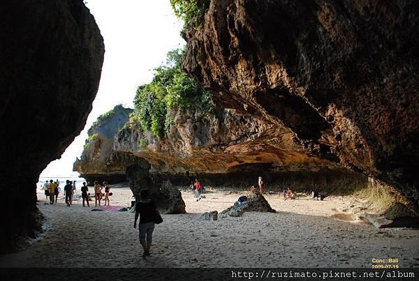 懸崕底的Suluban Beach