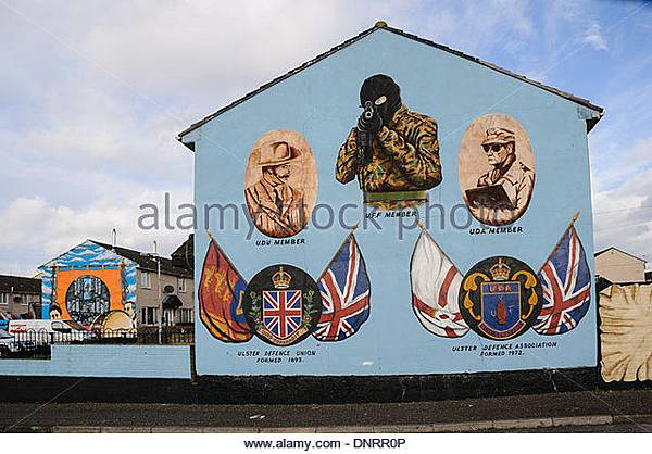 loyalist-paramilitary-mural-in-belfast-showing-a-gunman-as-a-uvf-member-dnrr0p