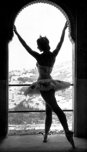Margot Fontyen tendue back