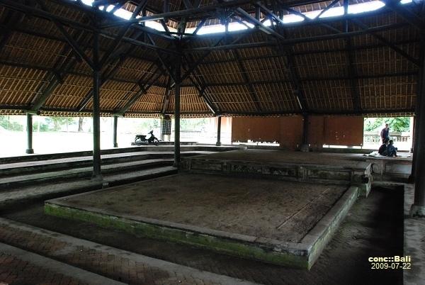 寺廟中的鬥雞場