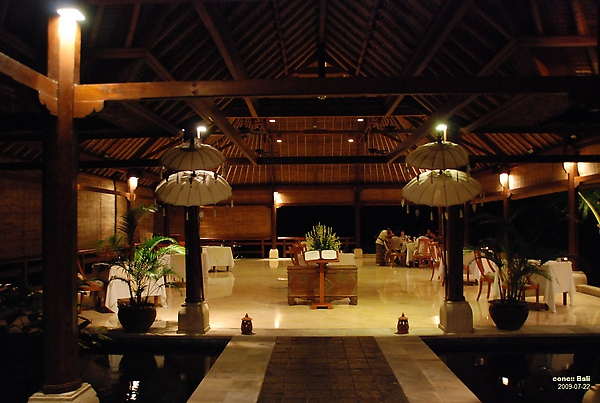 Bali Ubud Puri Wulandari night view of restaurant