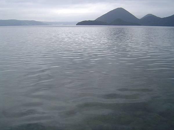 037清澈見底的洞爺湖.JPG