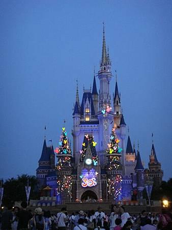 0707194-傍晚開始亮燈的城堡