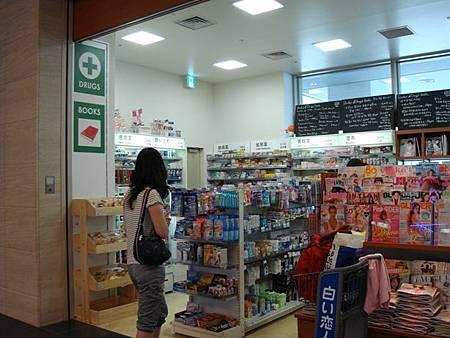 0710061-機場免稅店內的藥妝店