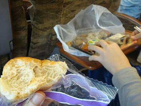 0725011-早餐是便宜的餐包+超市便當