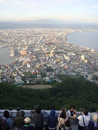 0710113-等待函館百萬夜景的人們.JPG