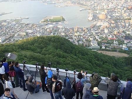 0710121-等待函館百萬夜景的人們.JPG