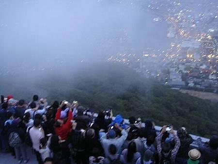 0710146-函館山上的重重人牆.JPG