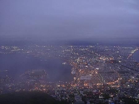 0710151-華燈初上的函館.JPG