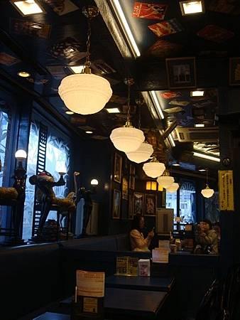 0710054-小丑漢堡函館站前店內.JPG